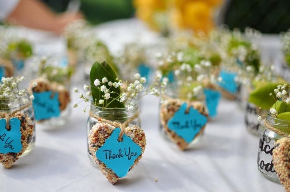 И обычно в тойбастаре можно найти небольшие сувениры из войлока — маленькие юрты, фигурки верблюда, тюбетейки, отрезы недорогой ткани или платки, пачки чая, коробки конфет, недорогую бижутерию — кольца, серьги и др.